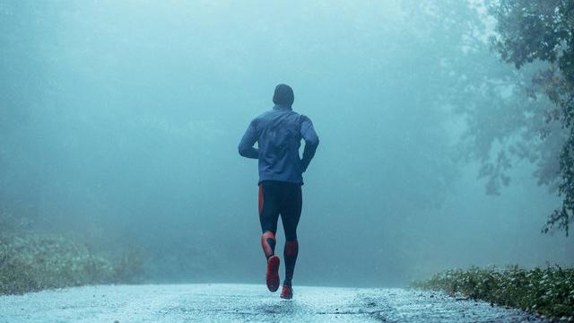 correndo nella pioggia